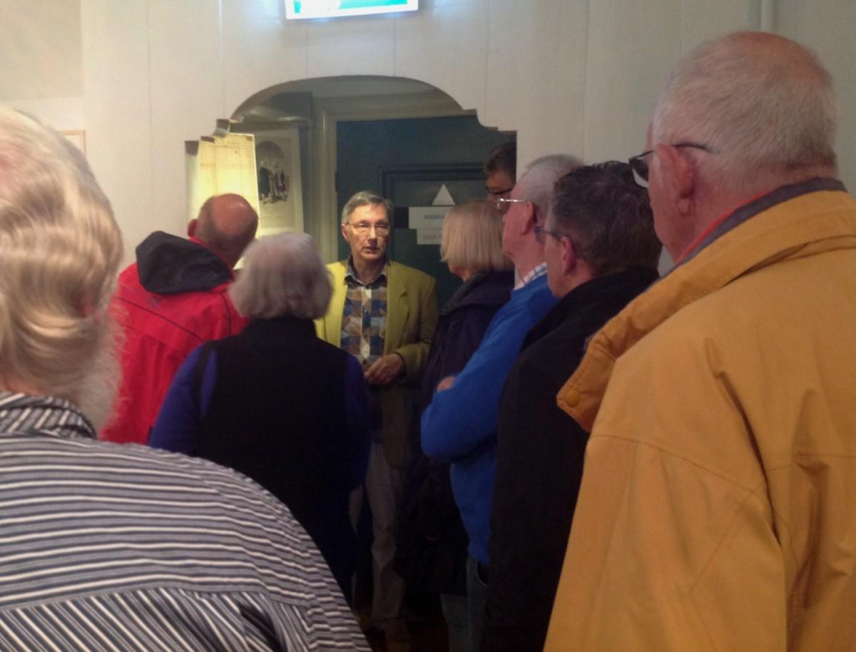 Ihno Dragt geeft uitleg in museum Dokkum